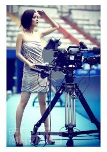 杨幂拍网球写真化身美女摄影师